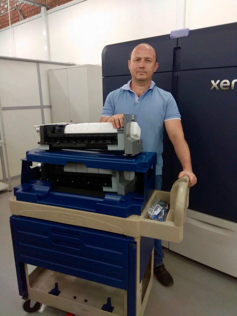 Дополнительные тонеры для Xerox Iridess Production Press подвозят на специальной тележке