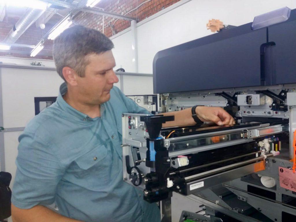 """Сервисный инженер NBZ Computers Алексей Фирсов на установке  Xerox Iridess в типографии """"Радуга"""""""